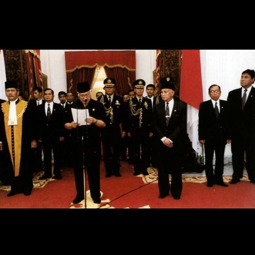Saat Presiden Soeharto menyatakan pengunduran diri (Foto : beritasatu.com)