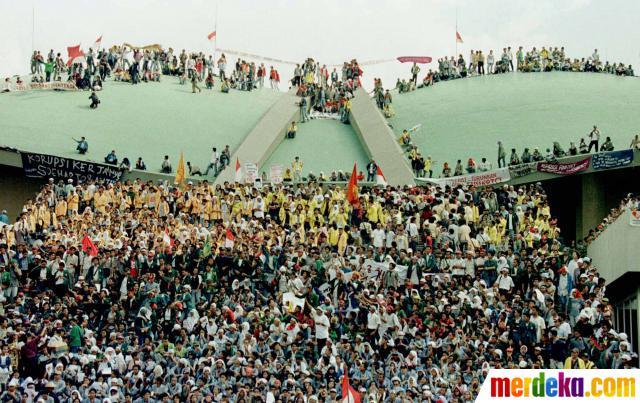 Demo Mahasiswa pada Mei 1998 menekan presiden (Foto: merdeka.com)