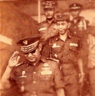 "JENDERAL SOEHARTO – JENDERAL HR DHARSONO. ""Soeharto meminta HR Dharsono memetakan di mana posisi dwi partai dalam kerangka Undang-undang Dasar 1945. Soeharto menolak gagasan itu, mungkin gaya HR Dharsono yang bertemperamen, tegas dan kurang diplomatis, tak cocok untuk Soeharto. Gagasan dwi partai Sang Jenderal pembaharu, kandas."""