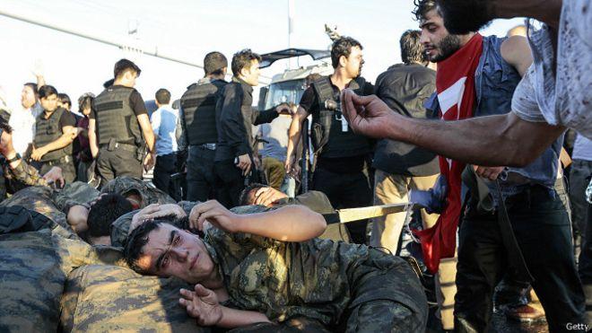 Setelah kudeta digagalkan, para anggota militer yang ditangkap mendapat perlakuan keras dari loyalis Erdogan (Foto: bbc)