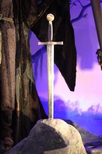 Ilustrasi pedang mateorid Excalibur (London Film Museum).
