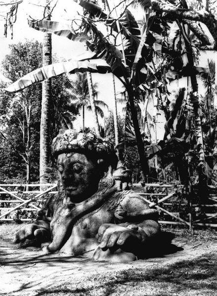 Patung yang ditemukan di sekitar candi Singosari di jaman Hindia Belanda, yang diduga Patung Raden Wijaya