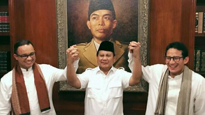Prabowo diapit pasangan jagonya Anies Baswedan dan Sandiaga Uno (Foto : megapolitan.kompas)