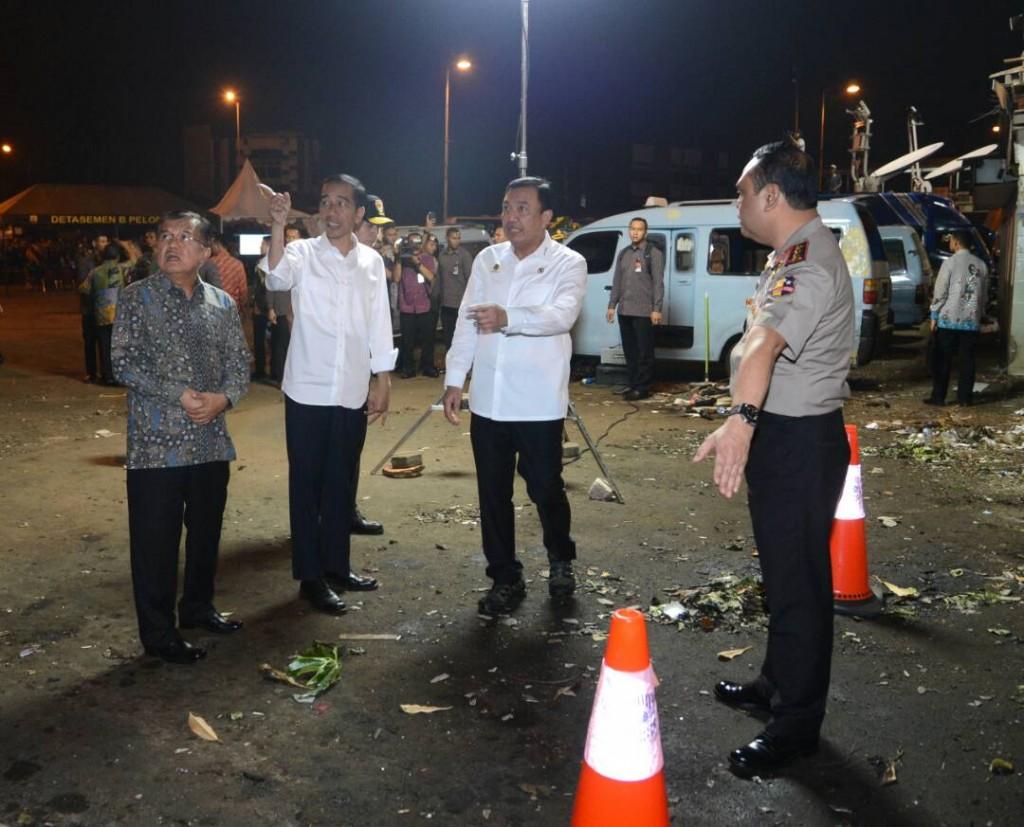 Presiden Jokowi dan Wapres Jusuf Kalla di lokasi ledakan di Kampung Melayu Kamis malam (25/5/2017). foto : Dokumentasi Khusus