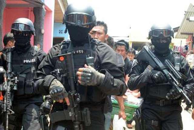 Densus melakukan penggerebekan rumah SP terduga teroris di Medan (Foto : MedanSatu)