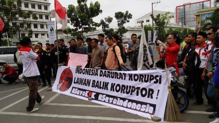 Aksi Demo Aktivis Anti Korupsi, Jalan Balai Kota Medan (foto : TribunNews)