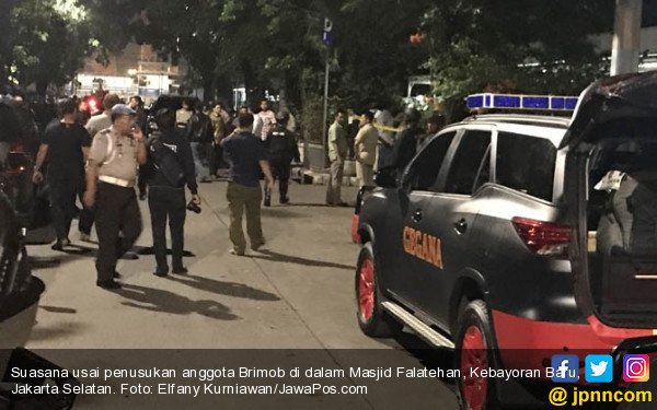 Suasana usai penusukan anggota Brimob di Masjid Faletehan (foto : JawaPos)