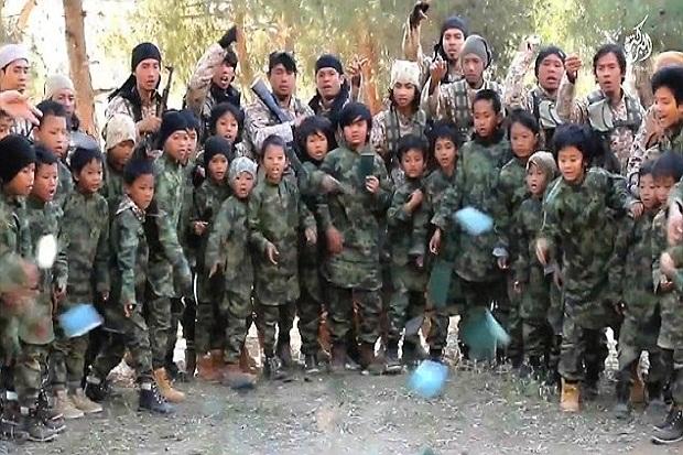 Anak-anak kecil Indonesia dilatih menjadi teroris di sebuah camp di Suriah (Bahad Abdullah Azzam), mereka disuntik dalam benaknya virus kepercayaan ideologi teror versi ISIS, jelas lebih berbahaya apabila orang tuanya kembali dari Suriah dan Irak (Foto : Harianindo)