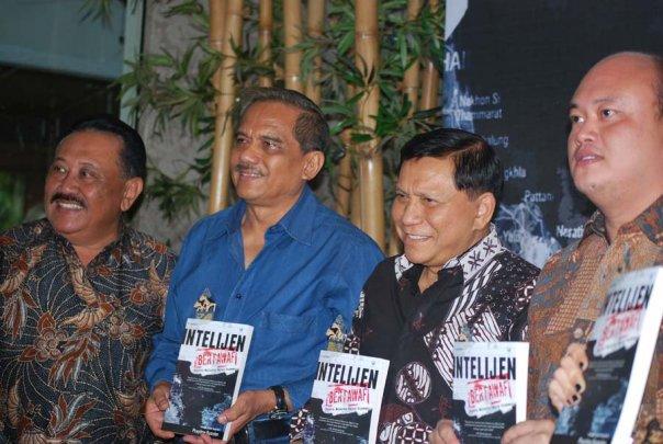 """Buku pertama penulis """"Intelijen Bertawaf"""" saat launching dihadiri oleh Marsekal Pur Chappy Hakim (Mantan Kasau) dan Jenderal Purn Hendropriyono (Mantan Kabin) serta Bapak Taslim dari Kompas.com (foto pribadi)"""